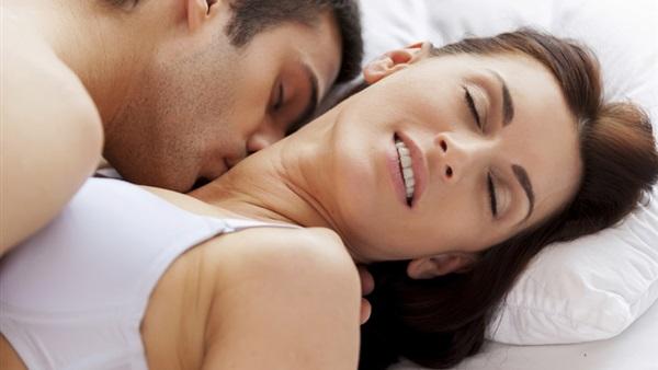 صورة مداعبة الزوج للزوجة , اكتر الحركات اثارة ومتعة بين الزوجين