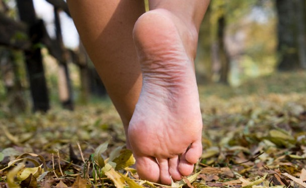 صورة تفسير الاحلام المشي حافية , رايت نفسي امشي على الطريق بدون حذاء