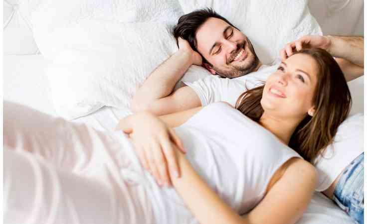 صورة مداعبة الزوج لزوجته باليد , للمتزوجين فقط سر وصول المراة لقمة الشهوة