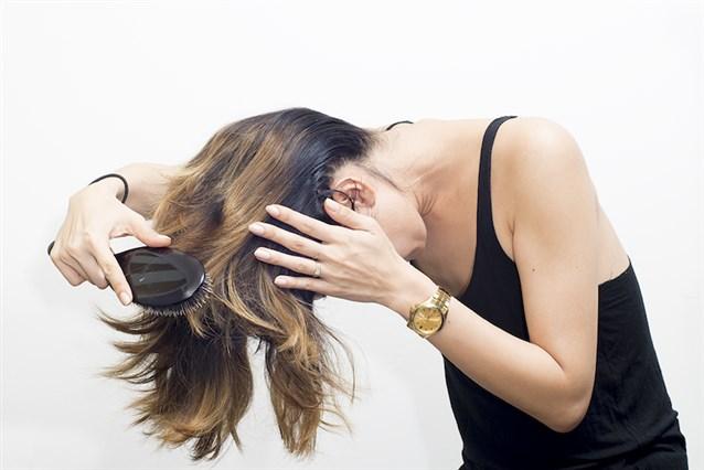 صورة تمشيط الشعر بالمقلوب يطول الشعر , طولي شعرك بدون كريمات