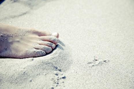 صورة المشي حافي القدمين في المنام , السير بدون حزاء في الحلم