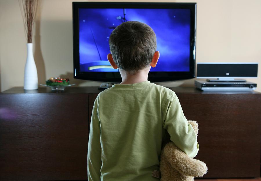 صورة اضرار التلفاز على الاطفال , لا تتركي طفلك امام التلفزيون كثيرا